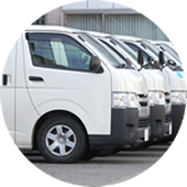 複数台の社用車トラック